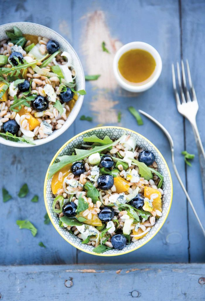 Emmer salad with Welsh onions, blueberries, peaches and cheese