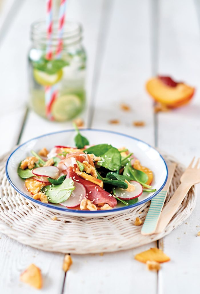Insalata di spinacini, pesche, ravanelli, prosciutto e noci