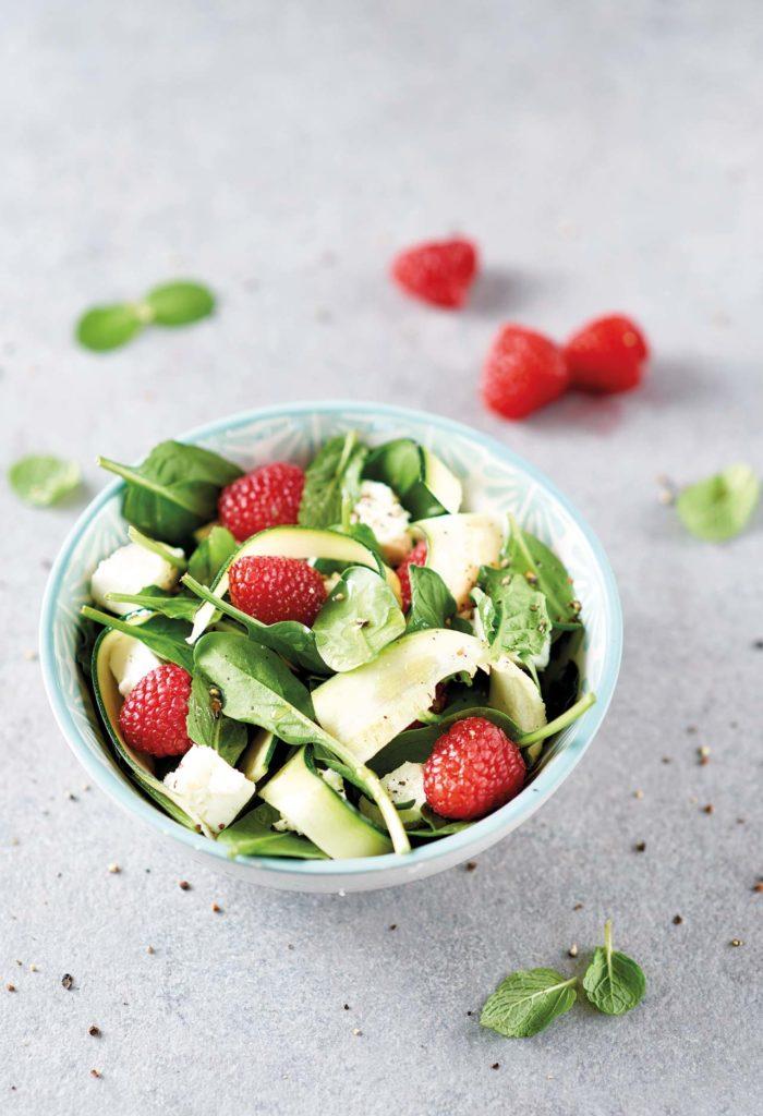Insalata di zucchine, spinacini, lamponi e feta