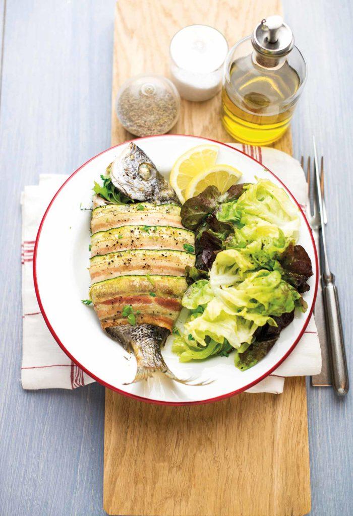 Sarago in crosta di zucchine e bacon con insalata alla senape