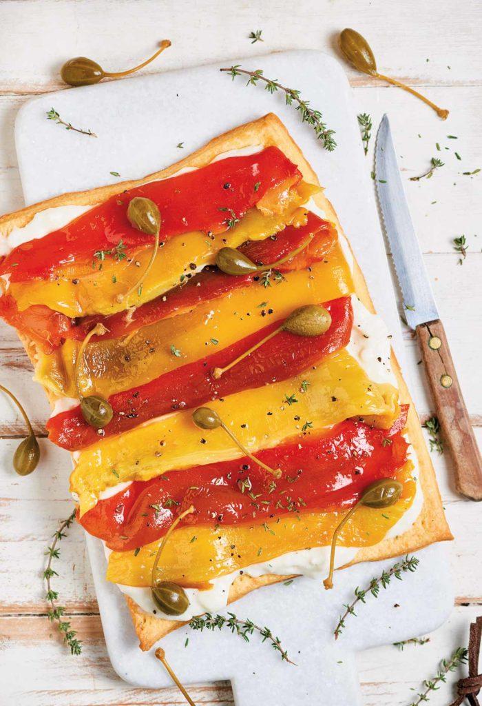 Torta salata ai peperoni, formaggio di capra e capperi